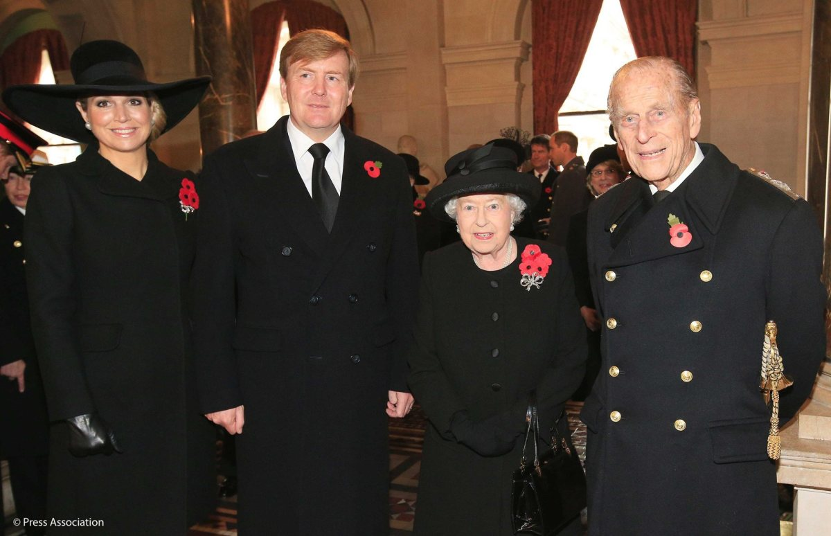 ROYAL FAMILY : THE QUEEN  ELIZABETH LED THE NATION REMEMBRANCE
